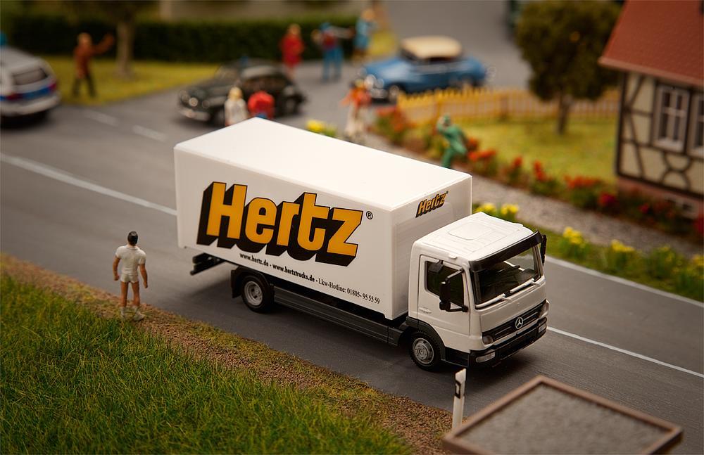 Faller Car System H0 161560 MB Atego Koffer Hertz von Herpa
